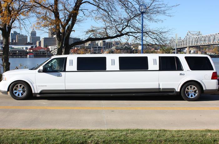 14 passenger Lincoln Navigator SUV Limo
